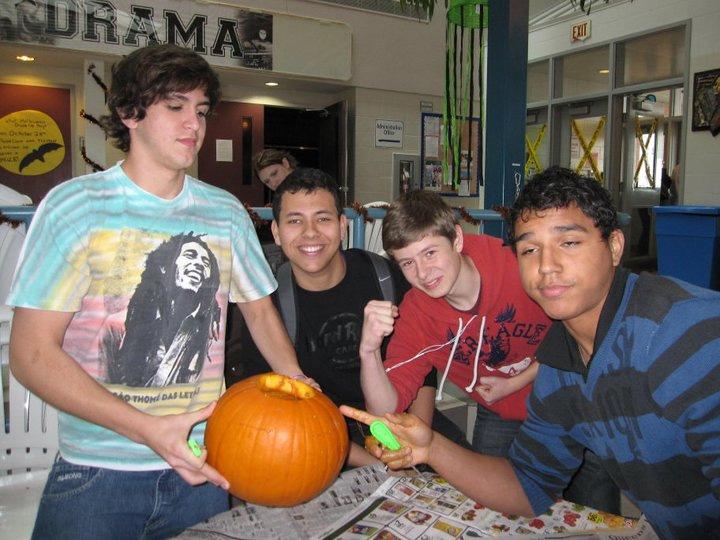 Pumpkin-carving-at-school-Halloween