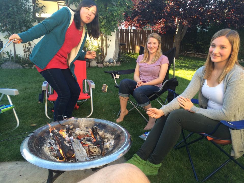 making-smors-in-backyard